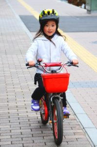 子どもに自転車ヘルメットをかぶせよう