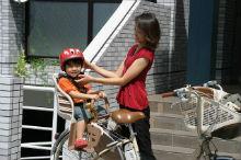 子どもには自転車用ヘルメットをかぶせましょう